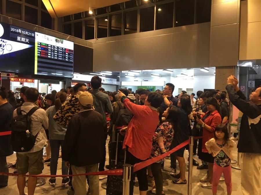 花蓮站表示,部分列車調度不易,初估平均會延誤1至2小時以上。(許家寧攝)