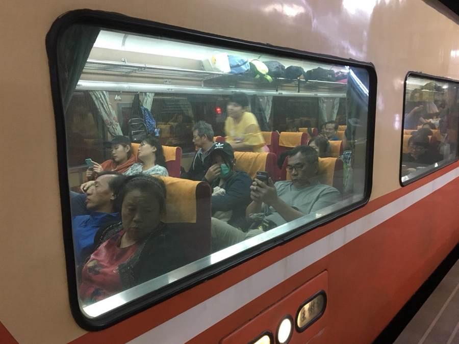 花蓮站部分列車準時發車,旅客乘車後將先到東澳,在轉乘接駁車北上。(許家寧攝)