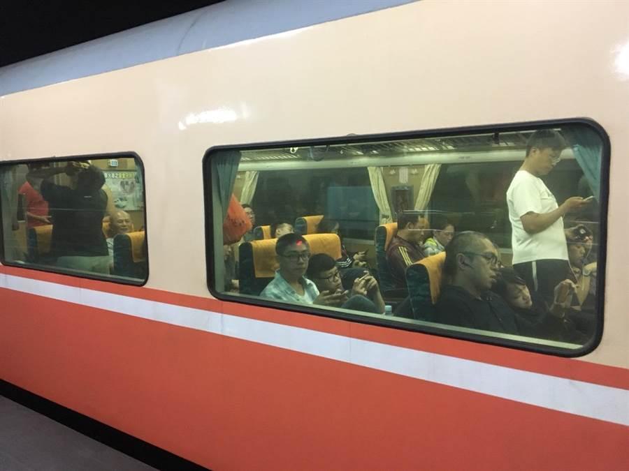 花蓮站陸續疏運北上轉乘,南下列車不受影響,車站人潮逐漸舒緩。(許家寧攝)