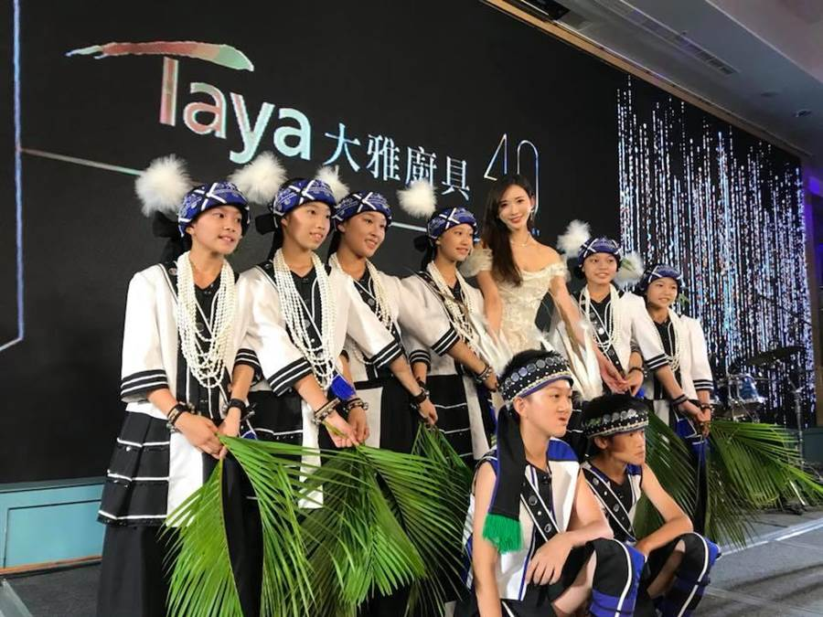 北埔國小原住民舞蹈隊,十名師生搭上出軌列車,所幸皆只有輕微擦傷。(翻攝臉書)