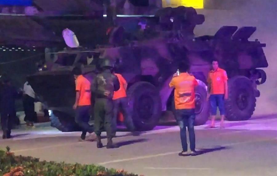 緬甸陸軍的92式裝甲車在大其力鎮上起火。(圖/youtube)