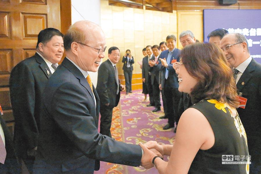 5月16日,全國台企聯會員大會在北京舉行,大陸國台辦主任劉結一(左)與會員代表握手。(中新社)