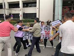 桃園》朱梅雪抗議巧遇鄭文燦剪綵 和警爆發肢體衝突