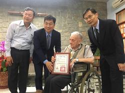 關懷原住民57年 瑞士籍神父雷震華殊勳取得身分證