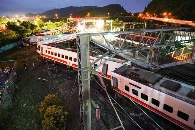 台鐵普悠瑪列車昨晚發生嚴重翻車事故,造成18死190傷。(李忠一攝)