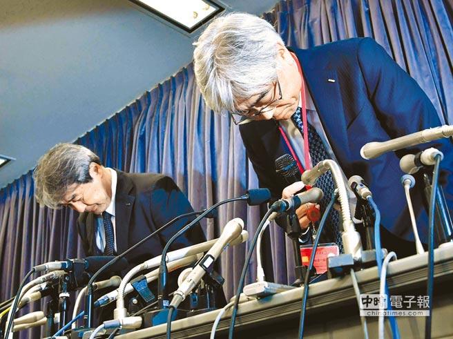 日本避震設備大廠KYB傳出避震及制震裝置竄改數據、可能影響建築物安全的醜聞,KYB子公司社長廣門茂喜(左)和高層主管齋藤圭介(右)19日在記者會上當眾鞠躬道歉。(美聯社)
