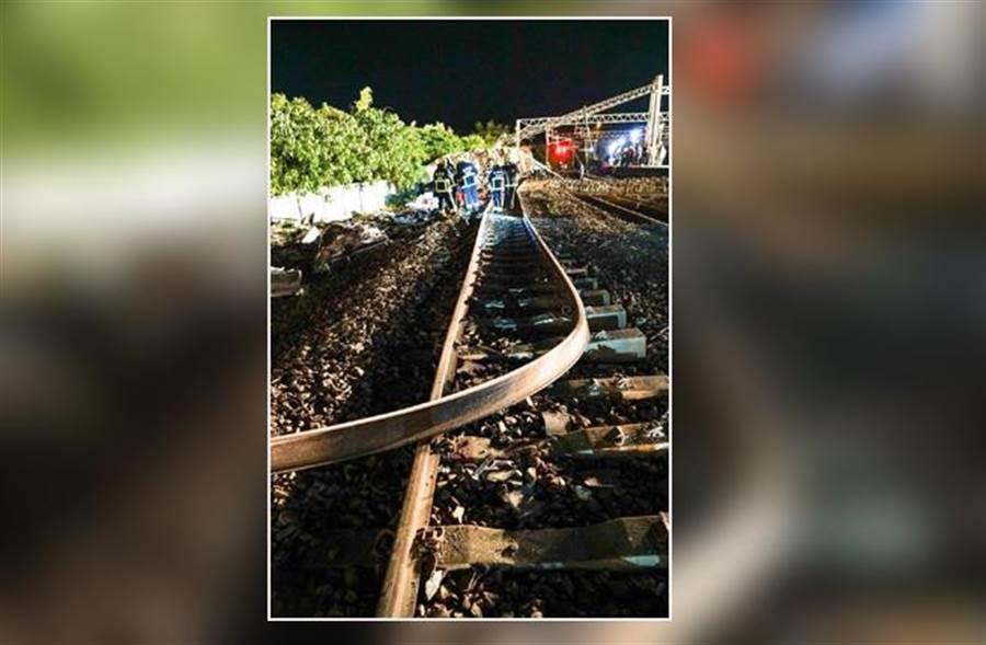 台鐵普悠瑪列車發生翻覆意外,造成交通中斷,預計今天清晨5時前可恢復單線雙向通行。(李忠一攝)