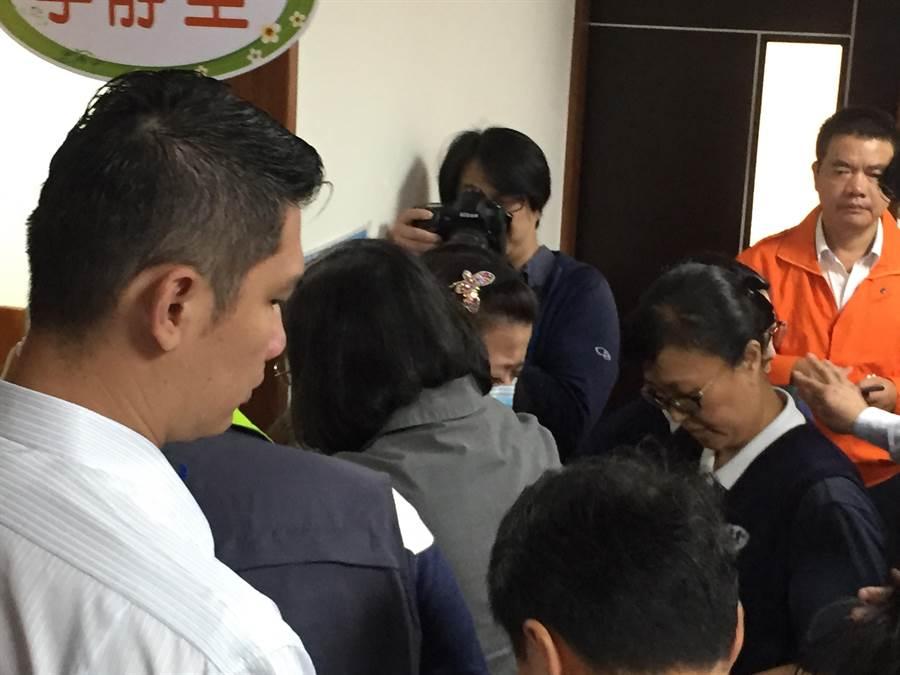 董家大女兒董小羚抱著蔡英文總統痛哭說:我的家族全沒了!(胡健森攝)