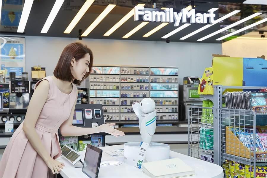 走進全家,智慧小小店長Robo為消費者做店舖和商品導覽,不只輕輕鬆鬆找到想要的商品。(cheer雜誌提供)