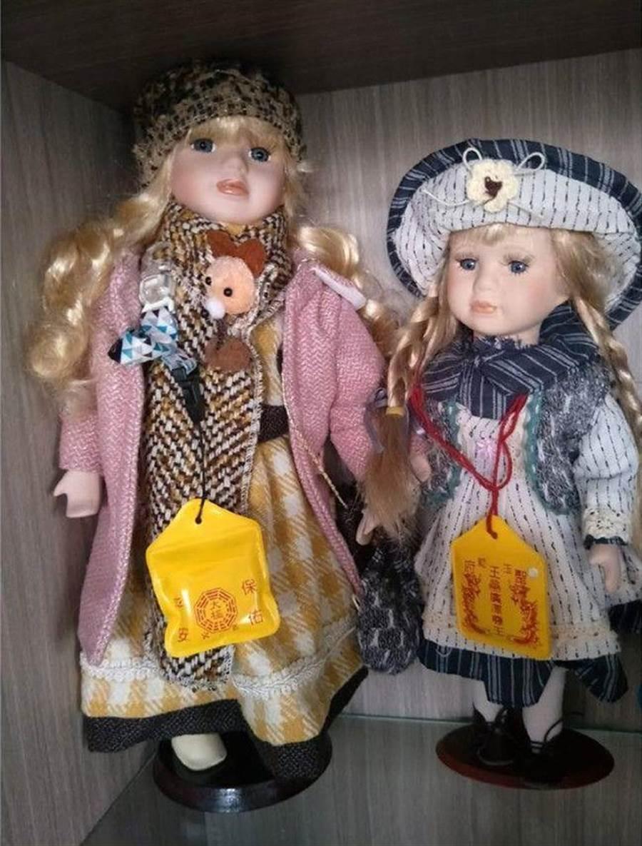 媽媽竟給娃娃掛上平安符(圖/翻攝自《爆廢公社二館》)
