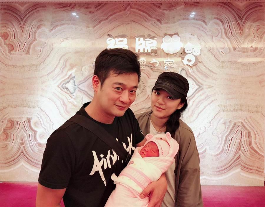 林佑星與老婆小妏喜迎女兒小花。(林佑星提供)