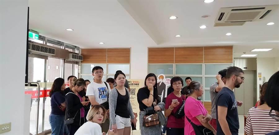 花蓮捐血站今一早出現排隊捐血人潮,上午獲捐百袋熱血。(許家寧翻攝)