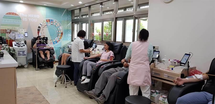 目前血庫存量足夠,捐血站呼籲民眾定期捐血。(許家寧翻攝)