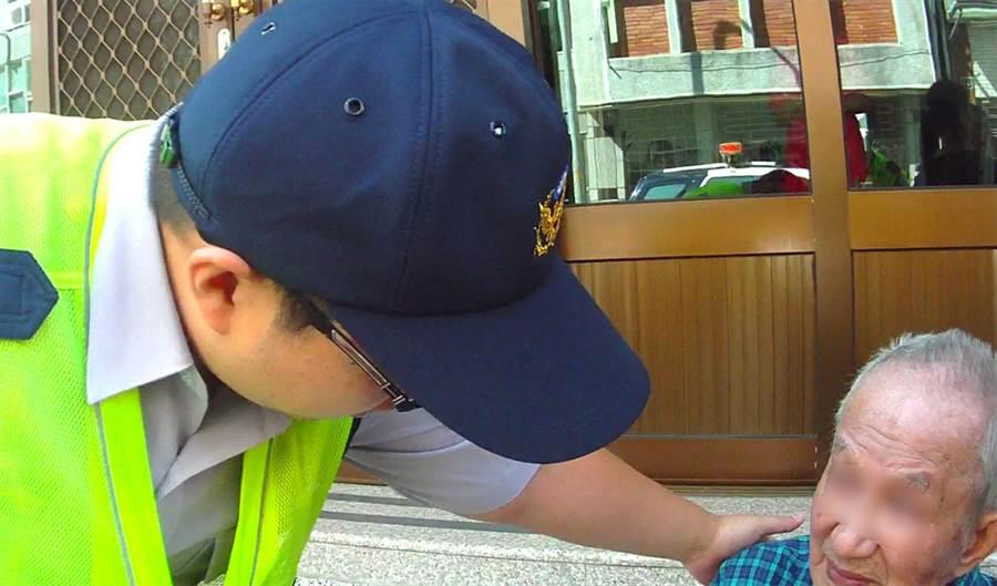 簡姓老翁獨自走累了在台階休息,面對員警詢問語焉不詳,幸其女兒及時尋來。(黃國峰翻攝)