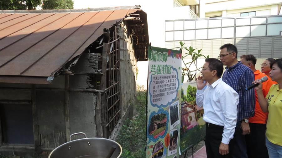 魏明谷對百年竹管厝的歷史很感興趣。(鐘武達攝)