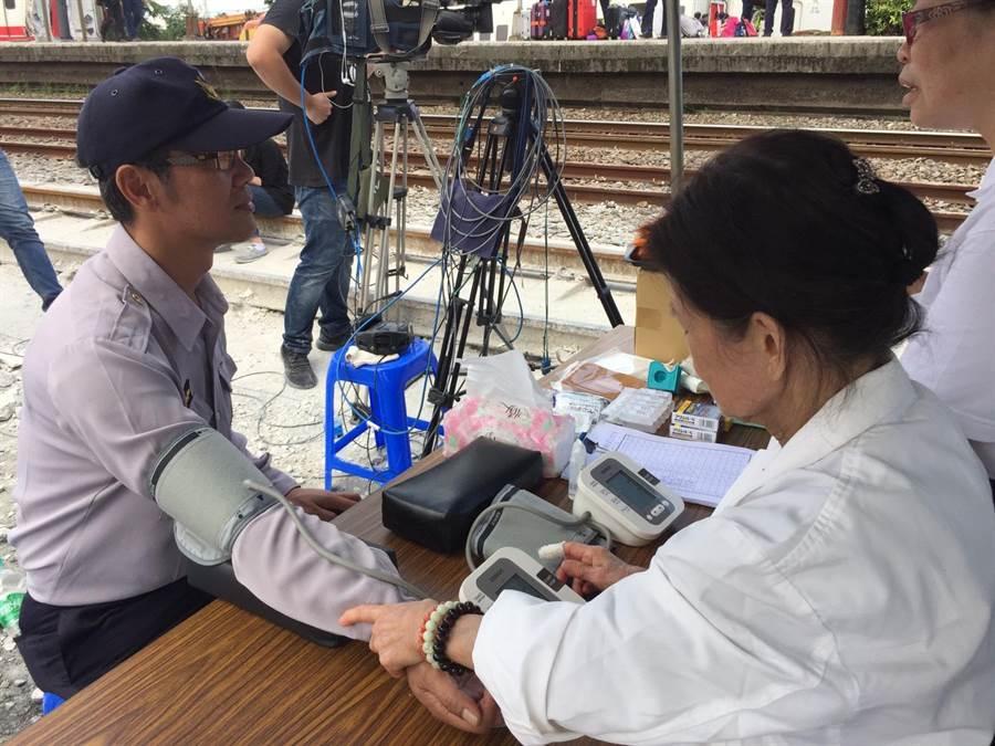 慈濟在新馬車站設立醫療站,慈濟人醫會醫謢人員駐點為現場工作人員服務。(圖/慈濟基金會提供)