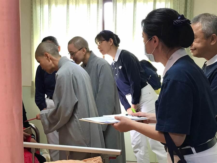 靜思精舍法師21、22日在後送醫院關懷受傷民眾與家屬。(圖/慈濟基金會提供)