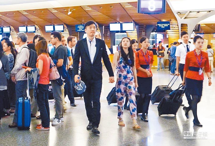 各國貨幣競貶,國人出國旅遊創新高,桃園國際機場擠滿出國的人潮。(本報資料照片)