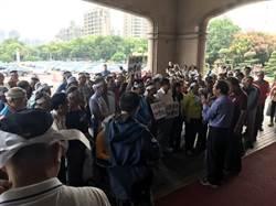 抗議暴漲地價稅 數十名地主前往新竹縣政府抗議
