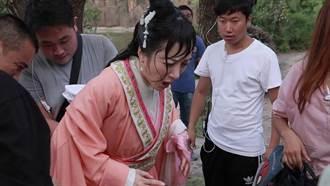 李依曉使壞跳入臭水中 親娘嫌她沒埋頭不夠慘