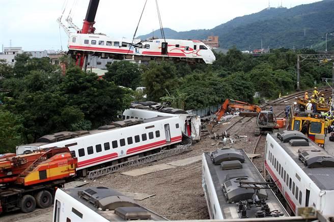 宜蘭蘇澳台鐵6432次的普悠瑪列車21日傍晚在宜蘭縣冬山與蘇澳新站間出軌,造成重大死傷,22日全力投入現場復原工作。大型吊車已將最嚴重的第八車廂地離現場。(資料照片 王英豪攝)