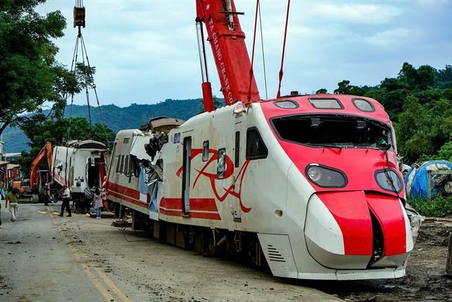 圖為大型機具吊掛翻覆的普悠瑪列車車頭。(資料照片 李忠一攝)