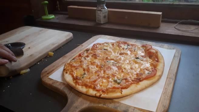 小窩口柴燒披薩有著在地特色好口味,連皮蛋、剝皮辣椒都能變身成披薩。(邱立雅攝)