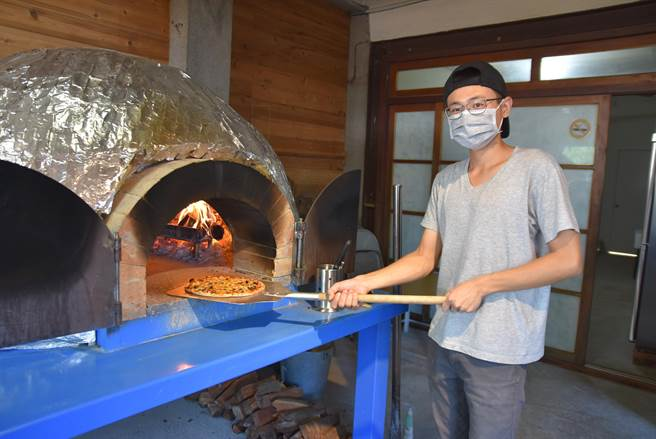小窩口柴燒披薩每個都現做現烤,剛出爐的披薩熱騰騰、香氣四溢。(邱立雅攝)
