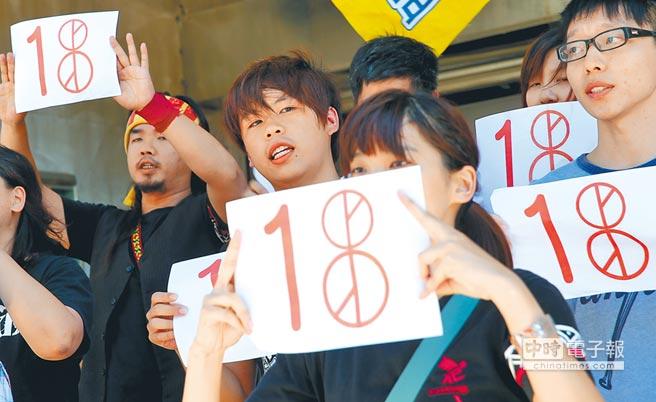 勞動部長許銘春昨表示,60萬公投首投族,在公投日放假一天;圖為學生代表要求下修投票年齡到18歲,讓青少年擁有合理公民權。(本報資料照片)