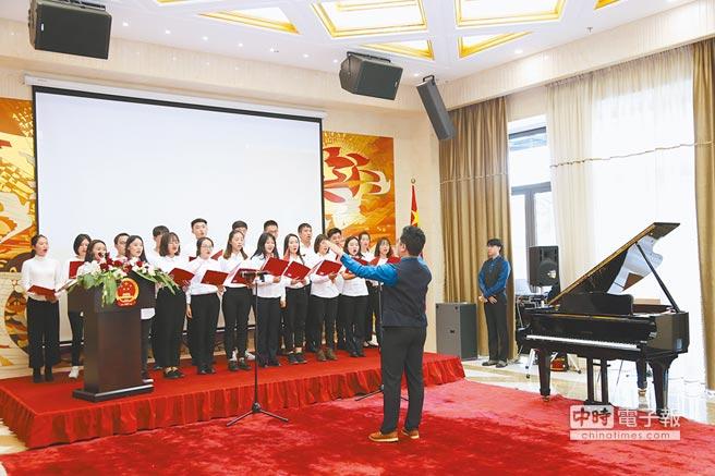 9月28日,在保加利亞索非亞,中國駐保加利亞大使館舉辦中國留學生國慶聯歡會,中國留學生合唱《歌唱祖國》。(新華社)