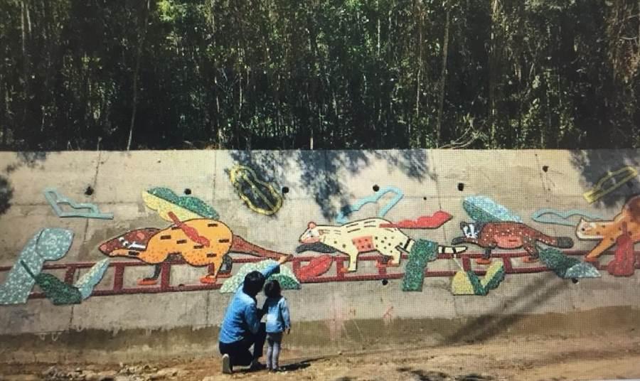 馬賽克拼貼作品「山中漫漫遊」,構圖可愛,色彩豐富,路過的親子遊客特意留步欣賞。(巫靜婷翻攝)