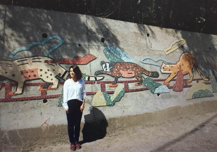 創作「山中漫漫遊」的藝術家章芙菱與其作品合影。(巫靜婷翻攝)