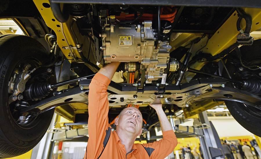川普對進口鋼鐵加徵關稅後,現在美國的鋼鐵價格全球最貴,讓美企在全球的競爭力快速下滑。圖為福特汽車在美國的生產線。(圖/美聯社)