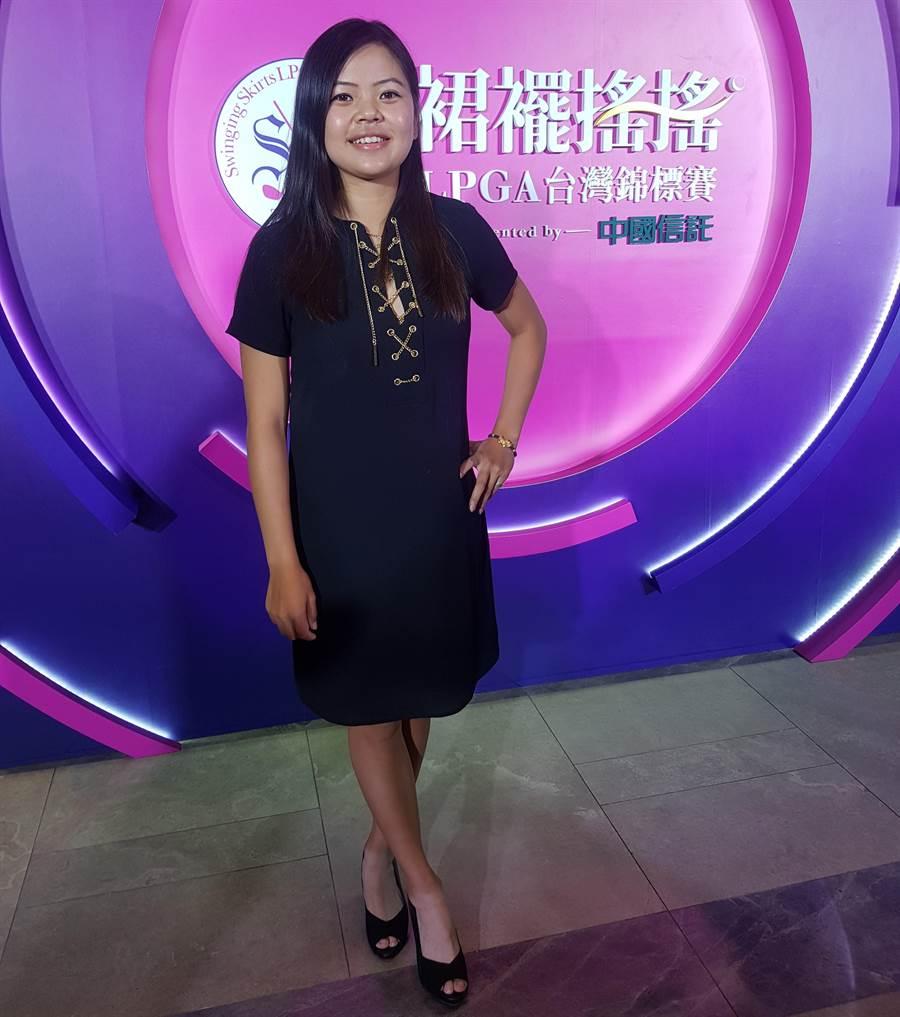 徐薇凌穿著胸口開深V的黑色小洋裝,高雅、性感兼具。(陳筱琳攝)