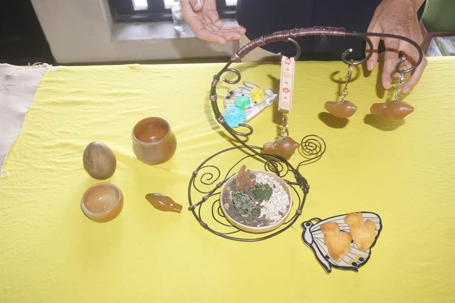 左鎮澄山社區今年利用白堊土作出陶笛、茶杯、燕小飛蝶造型瓷碗等文創商品,讓長者找回生活樂趣。(李其樺攝)