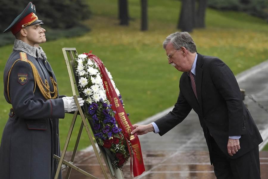 前往俄羅斯訪問的美國國家安全顧問博爾頓,在克里姆林宮紅牆外的無名英雄紀念碑致敬獻花。(圖/美聯社)