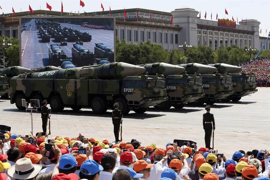 中國多次宣稱,不能容許周邊國家安裝以中國本土為目標的導彈基地,否則必遭中國摧毀。圖為中國的東風-21彈道導彈。(圖/美聯社)