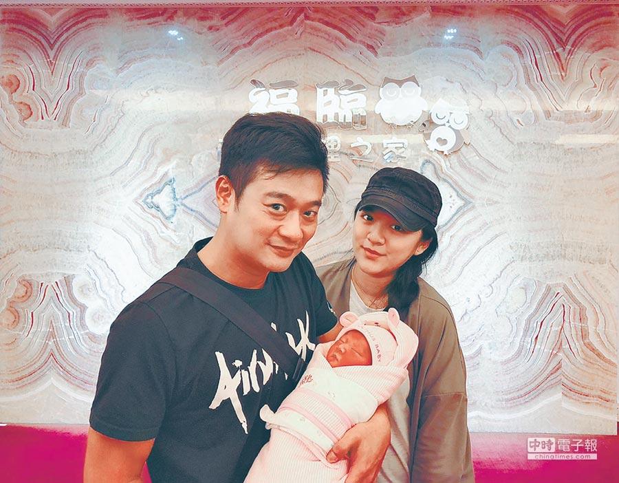 林佑星(左)的老婆小妏20日平安順產女兒小花。