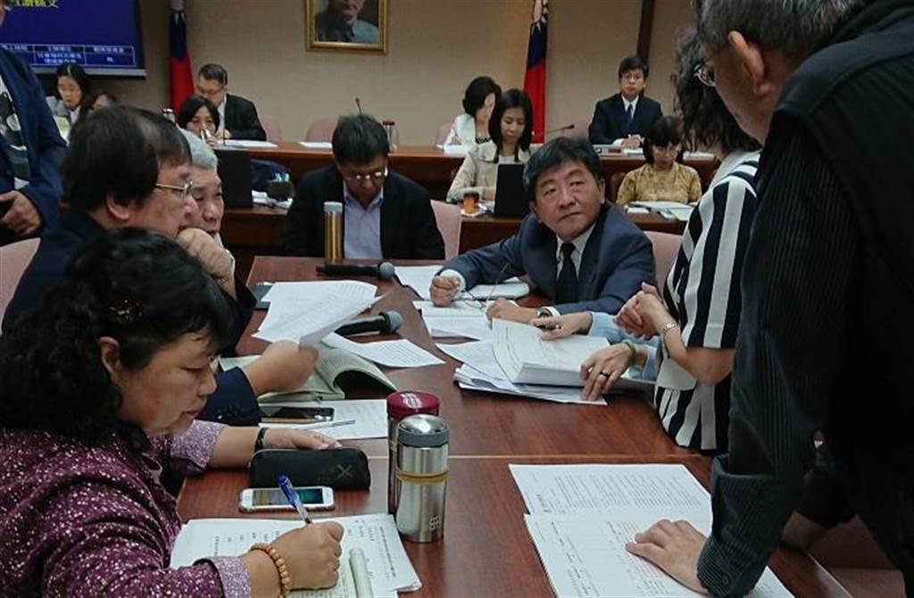 衛福部官員與立委討論醫療器材管理法草案。(陳志祥攝)