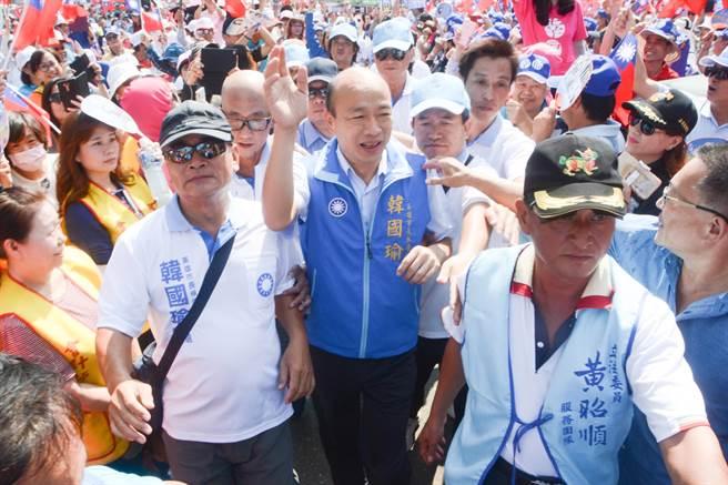 圖為國民黨高雄市長參選人韓國瑜(中)6日封街造勢,受到支持者英雄式的歡迎。(資料照,林宏聰攝)