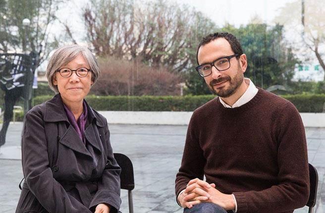 2018台北雙年展策展人雙年展吳瑪悧(左)與范切斯科‧馬納克達(右)合影。圖/臺北市立美術館