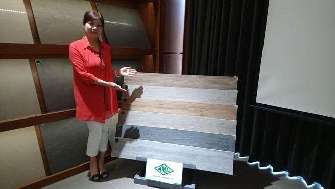 王鈺琇表示,瑪摩麗磁今年獨家引進5款木紋磚。(圖/曾麗芳)