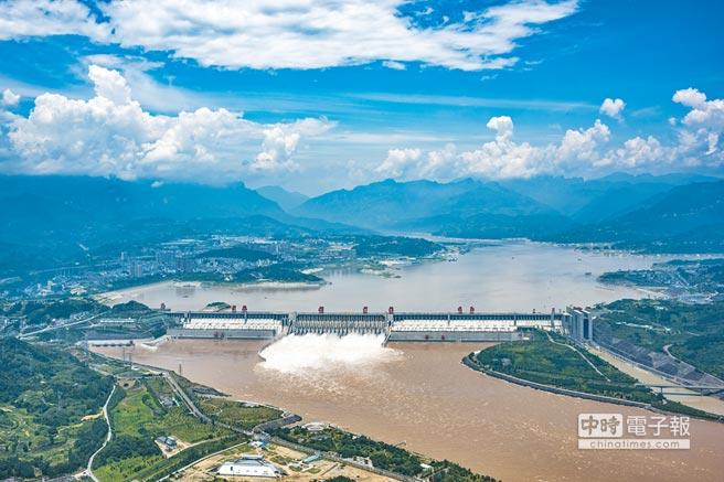 大陸發電量占全球1/4。圖為湖北宜昌三峽大壩。(CFP)