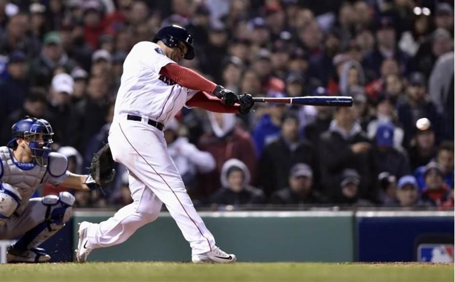 紅襪先發三壘手狄弗斯在5局下敲出1分打點安打,卻在7局下被代打入替。(路透)