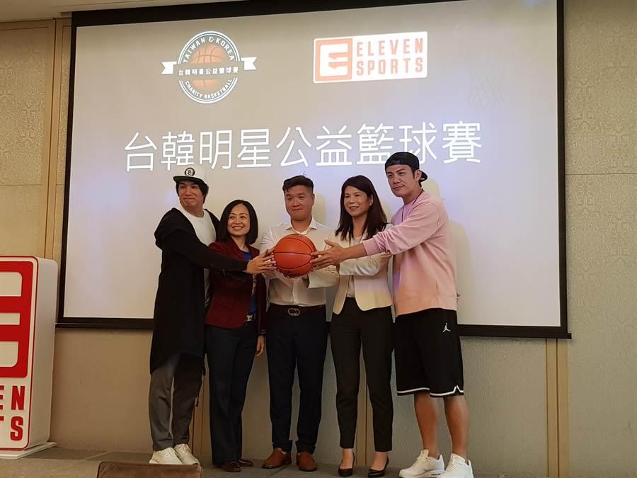 張洛君(左一)和陳志強(右一)將代表台灣藝人,和韓國藝人來場籃球公益賽,藉由籃球打造溫暖的希望和夢想,給需要幫助的人。(陳筱琳攝)