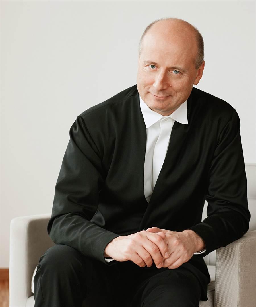 獲英《留聲機》和法國《音叉》一致推崇為「年度最佳藝術家」,愛沙尼亞音指揮家帕佛‧賈維在當今古典樂壇地位崇高。(新象提供)