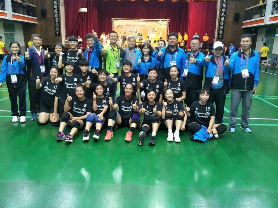 吳安怡今年和隊員一起代表桃園市參加全民運動會,順利抱回金牌。(吳安怡提供)