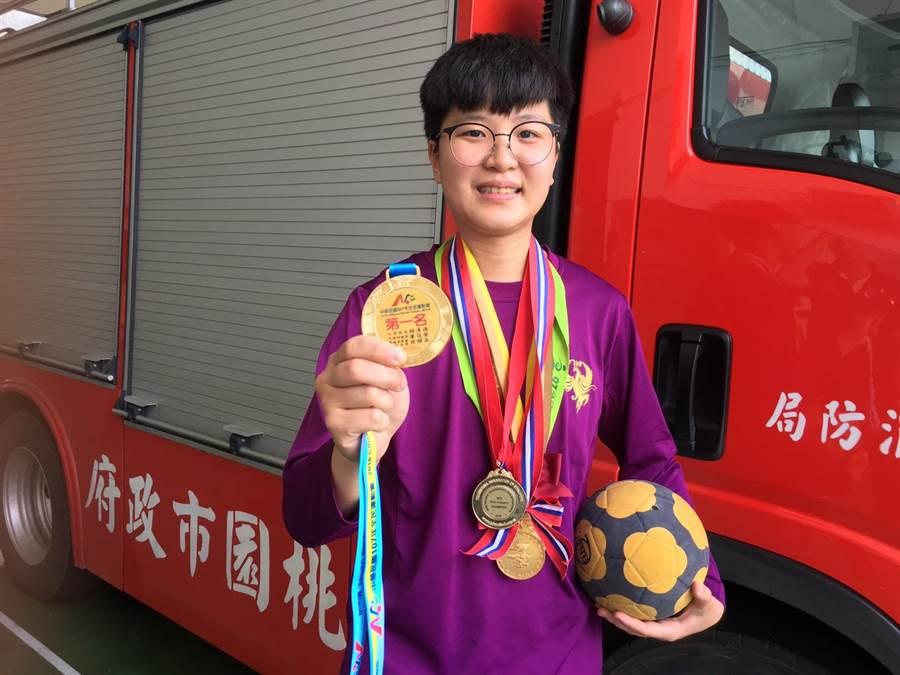 吳安怡今年首次以社會新鮮人的身分代表桃園市參加全民運動會就抱回金牌。(葉臻攝)