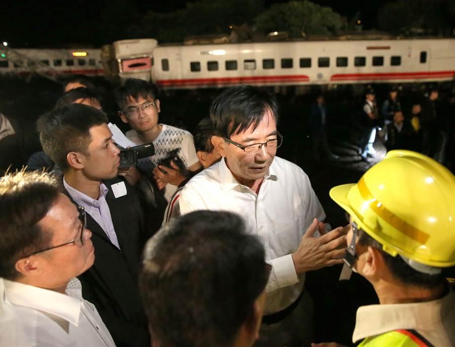 臺鐵北迴線普悠馬列車21日晚間從樹林往台東列車於宜蘭新馬車站出軌,交通部長吳宏謀(右二)到現場了解狀況。(王英豪攝)