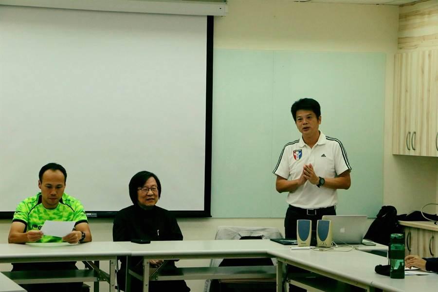 中華足協理事長邱義仁(中)23日宣布,由醒吾科大顏士凱(右)臨危接掌中華女足兵符,出征11月的奧運資格賽及12月的東亞錦標賽。(中華足協提供)